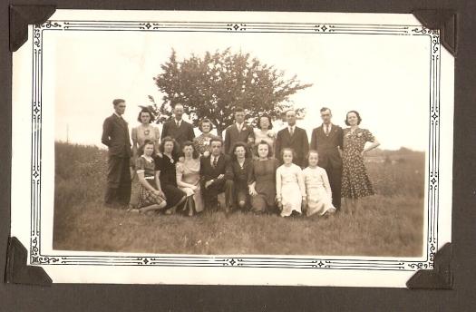Jules Toussaint (troisième à partir de la droite, deuxième rangée), son épouse Marie Morin et leurs enfants, fin des années 30?